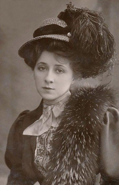 fotografía antigua de mujer con sombrero de plumas Mrs. Valli Valli
