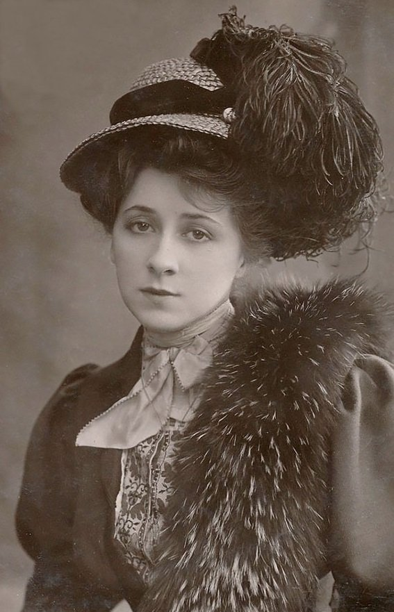 0251d97f4762 30 bellas mujeres captadas en postales de hace 100 años