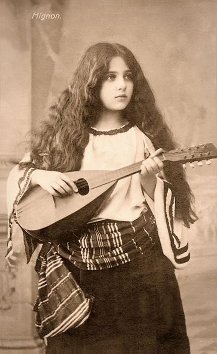 fotografía antigua de mujer joven gitana