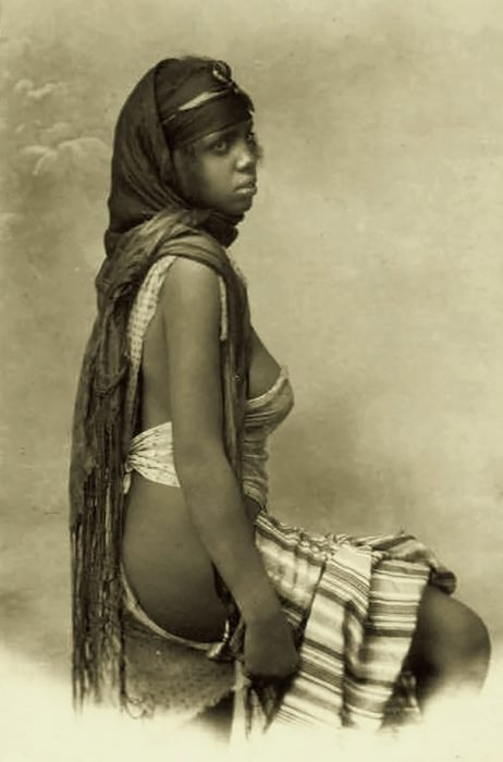fotografía antigua de mujer beduina