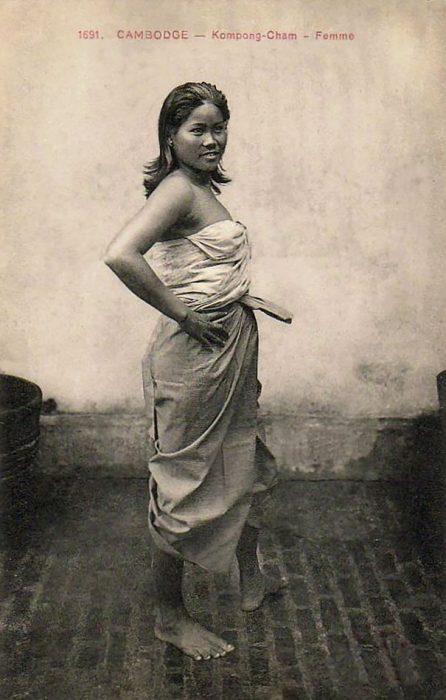 fotografía antigua de mujer camboyana