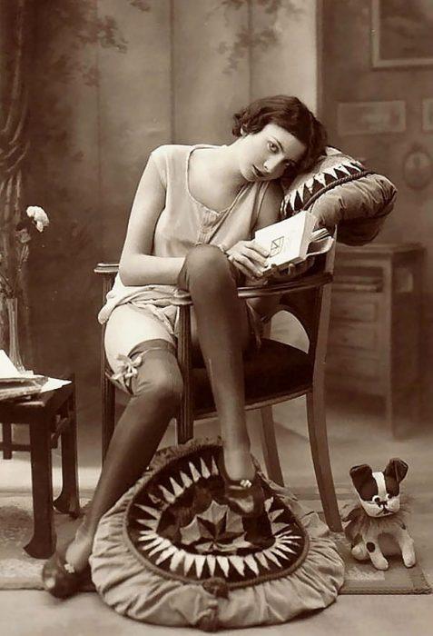 mujer principios de siglo con libro