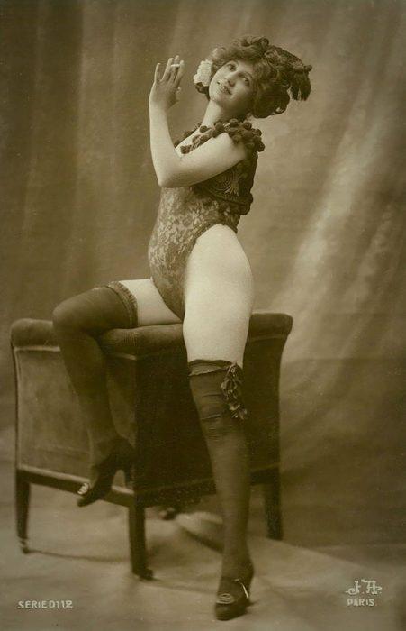 fotografía antigua de mujer en pose erótica
