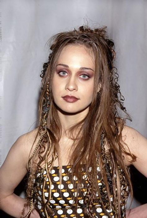 chica cabello cafe con cabello largo y maquillaje vino