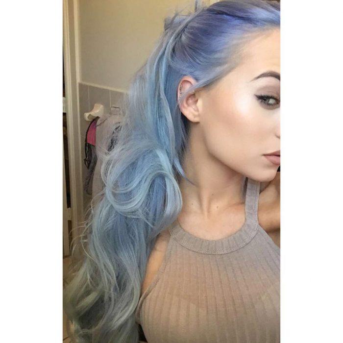 Chica con el cabello color mezclilla