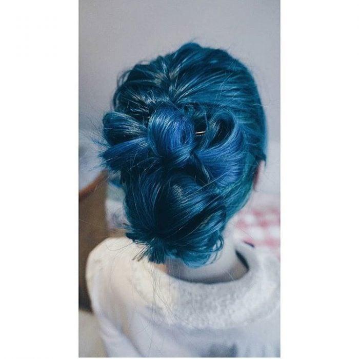 Cabello agarrado color azul intenso