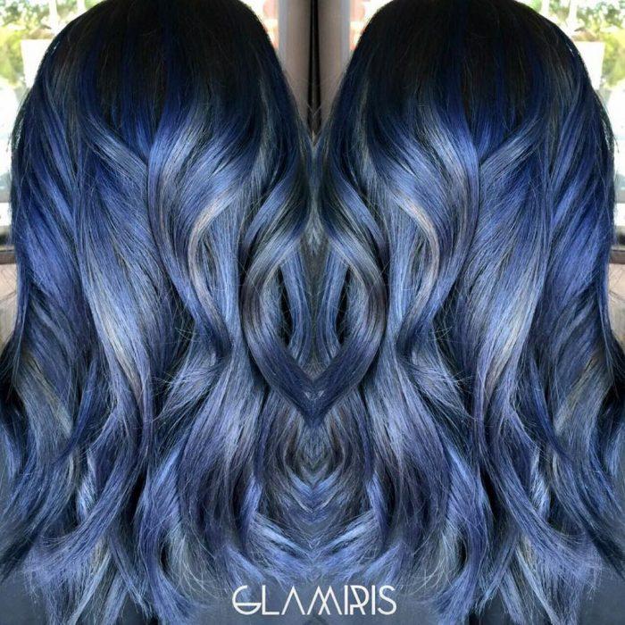 Chica con cabello azul y mechas gris