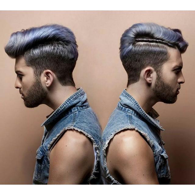 Hombre con el cabello color mezclilla