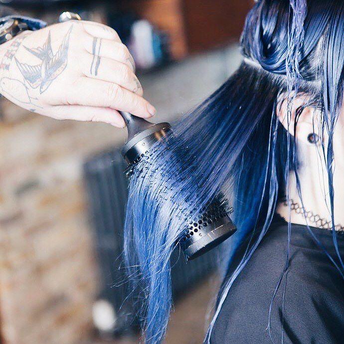 Cabello azul recién pintado
