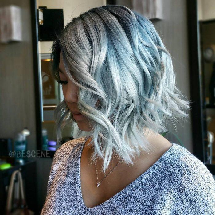 Corte bob con cabello color azul