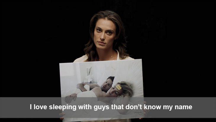 Campaña publicitaria #womannotobjects. Chica sosteniendo un cartel