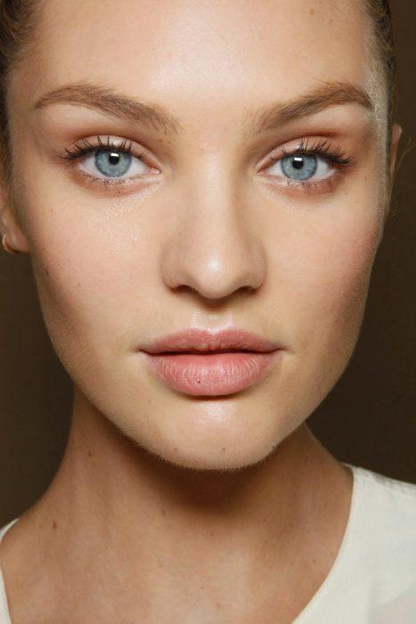 chica con maquillaje natural ojos azules labios grandes