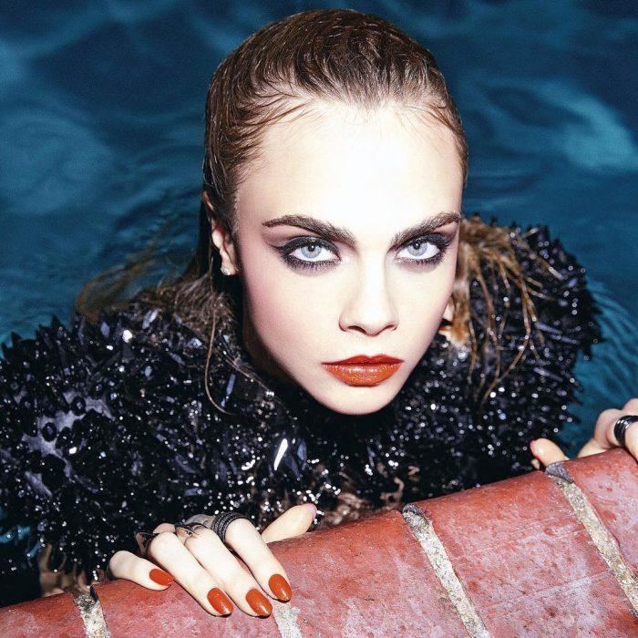 Modelo Cara Delevingne saliendo de una piscina maquillada