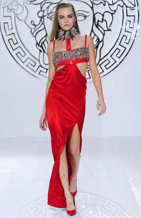 Modelo Cara Delevingne en una pasarela de moda de Versace