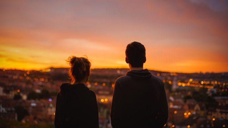 Pareja viendo al horizonte