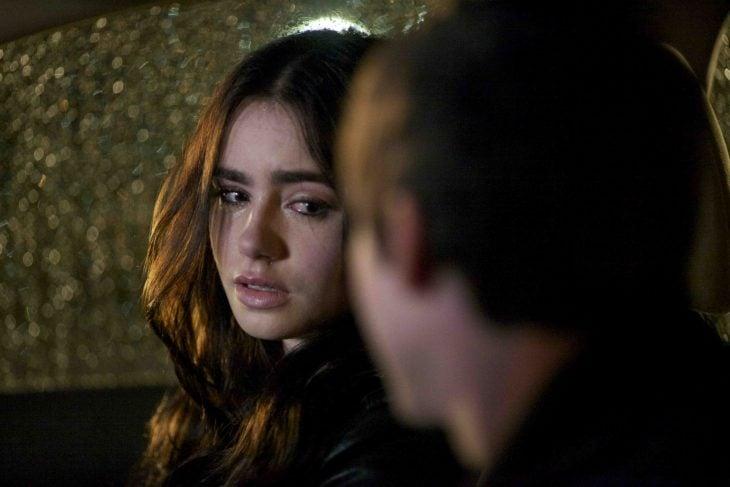 Pareja triste llorando en el coche y ella viendolo