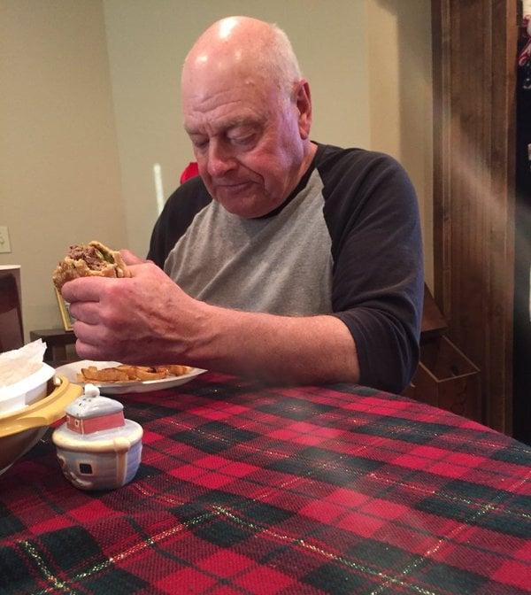 Abuelo cenando solo cuando ninguno de sus nietos lo visito