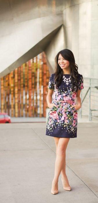 Chica usando un vestido en color azul con estampado de flores