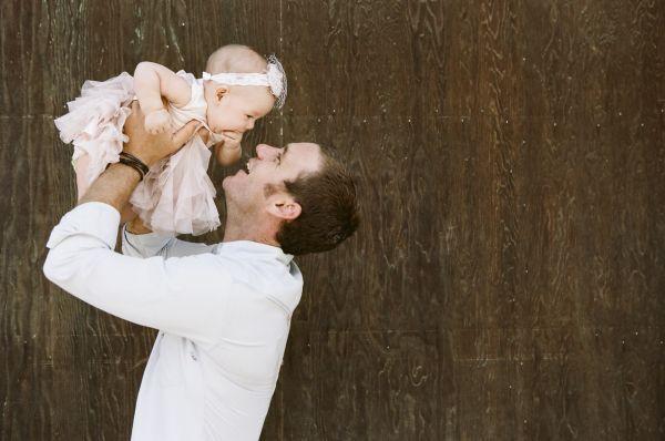 Padre sosteniendo a su hija en brazos