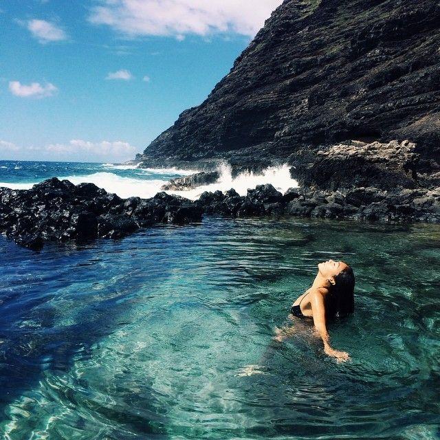 Chica disfrutando del agua de un lago