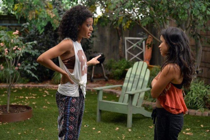 Hermanas discutiendo en el jardín de una casa