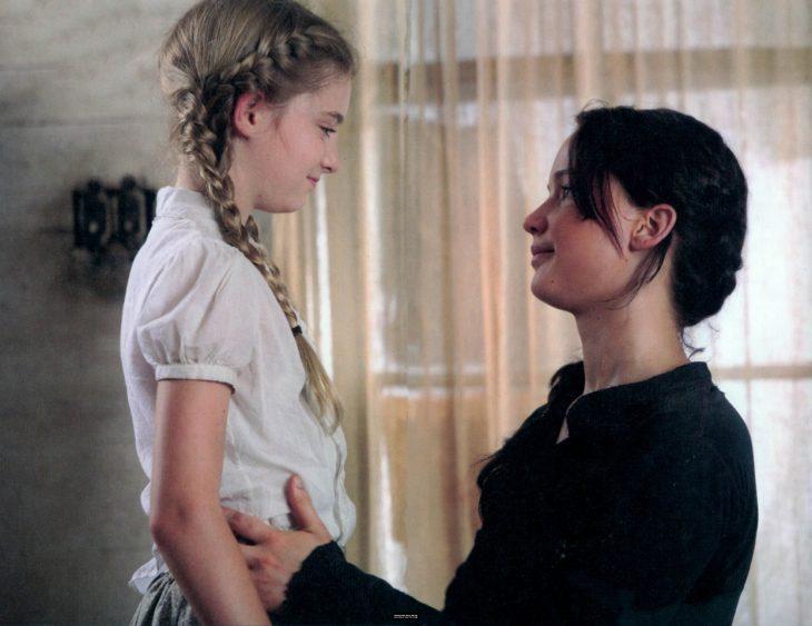 Escena de la película los juegos del hambre. Katniss junto a su hermana prim
