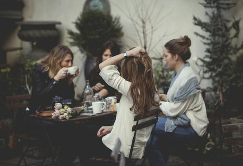 Chicas sentadas en un restaurante comiendo