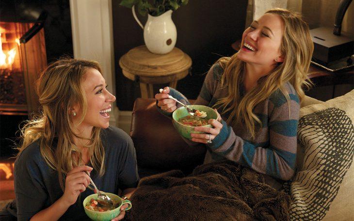 Escena de la película chicas materiales. Hermanas comiendo cereal
