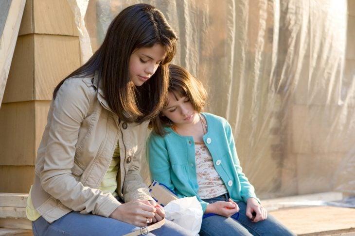Escena de la película ramona y bezus. Chica leyendo un cuento a su hermana