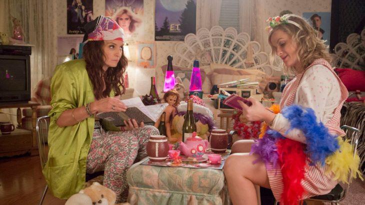 Escena de la película sisters chicas sentadas en una mesa tomando el té