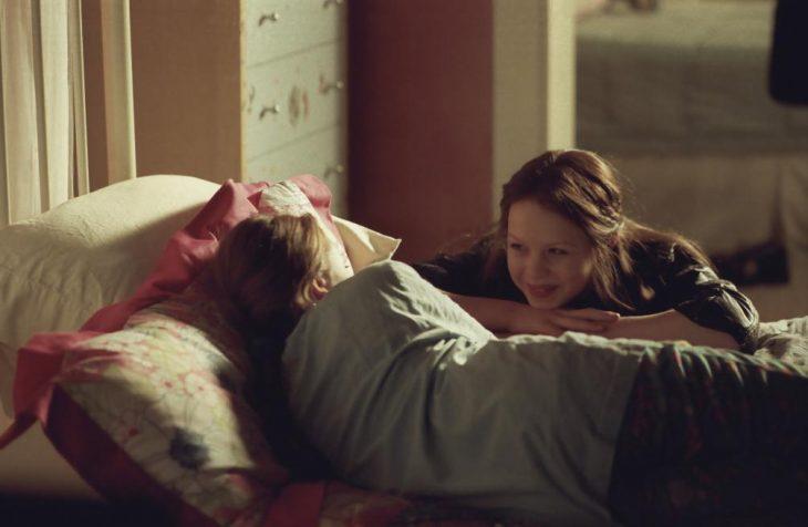 Escena de la película My sisters keeper. Chica observando a su hermana recostada en la cama