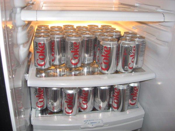 refrigerador lleno de cocas de dieta