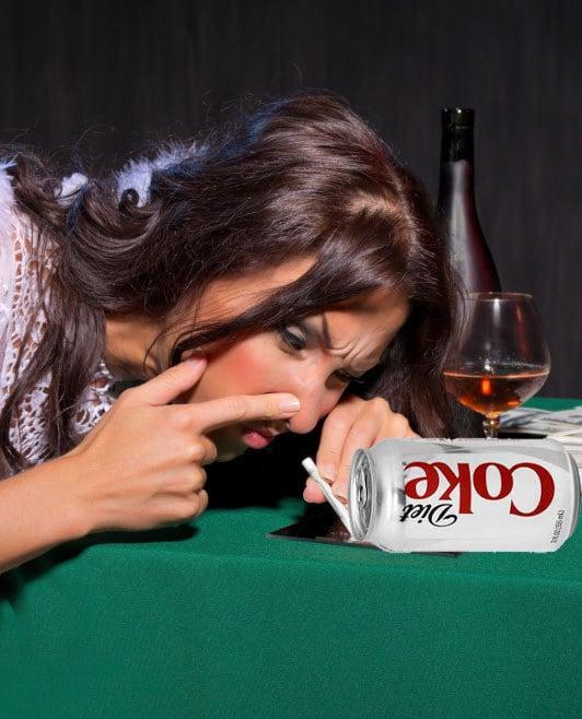 mujer aspirando coca cola light