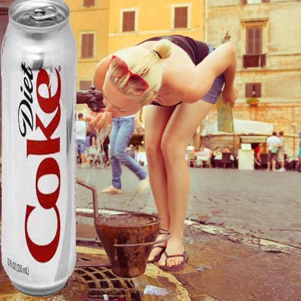 chica tomando agua de una fuente de coca light