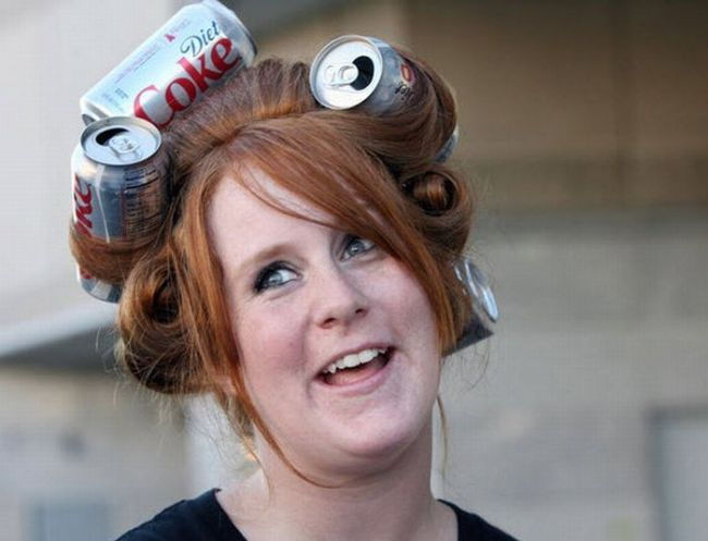 chica con latas de coca de dieta en el cabello