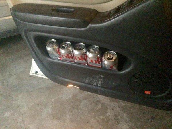 puerta de coche con latas de coca cola light