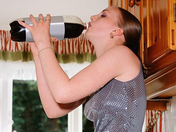 mujer tomando coca light