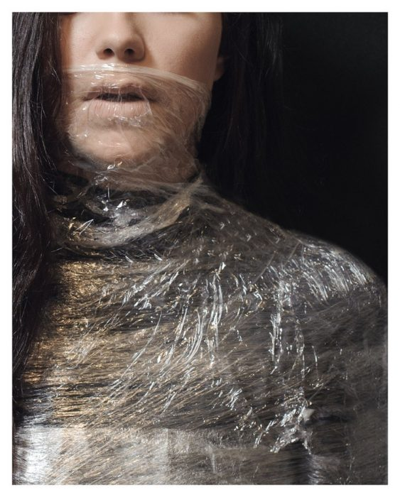 mujer con plastico en la cara