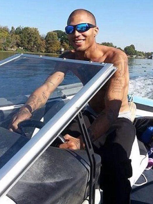 Jeremy Meeks el criminal más sexy del mundo conduciendo una lancha