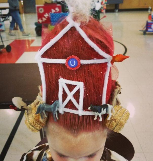 Niña con el cabello en color rojo simulando un granero