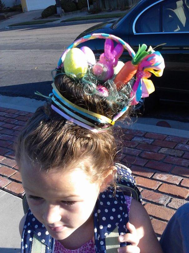 Niña con el cabello sujetado en forma de una canasta de huevos