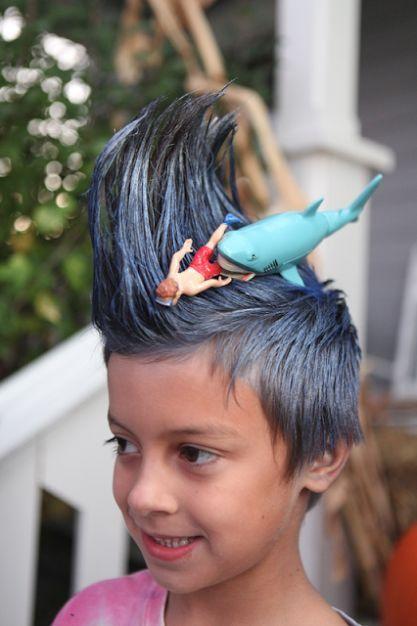 Niño con el cabello en forma de ola de mar