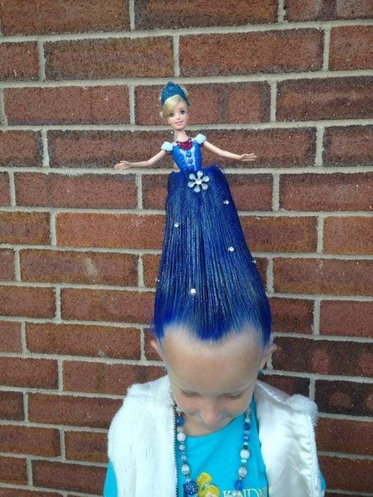 Niña con el cabello color azul con una muñeca en el