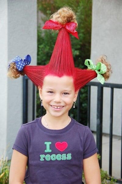 Niña con el cabello sujetado en tres picos
