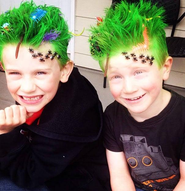 Niño con el cabello de color verde con gusanos y bichos en él