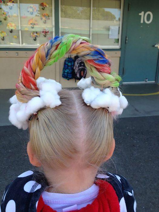 Niña con el cabello sujetado como si fuera un arcoiris