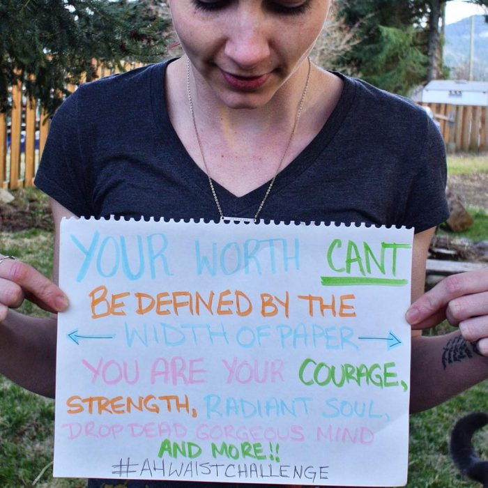 Chicas posando con mensajes positivos por el reto A4 challenge