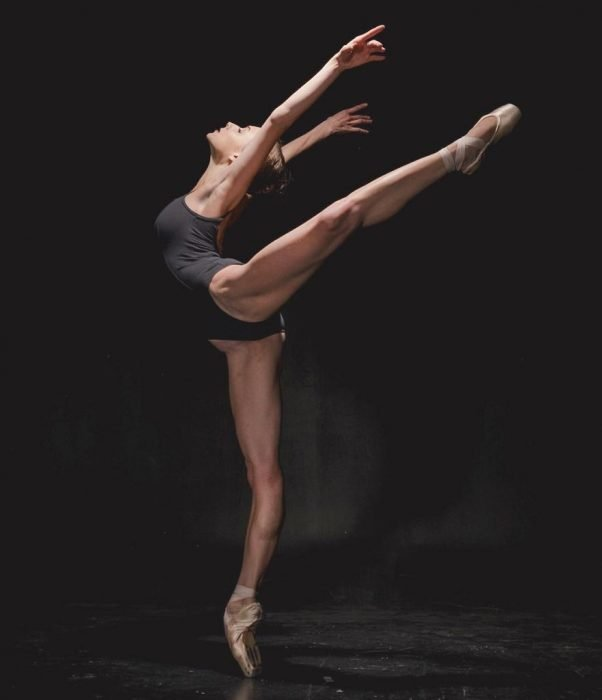 Bailarina de ballet haciendo piruetas en un estudio