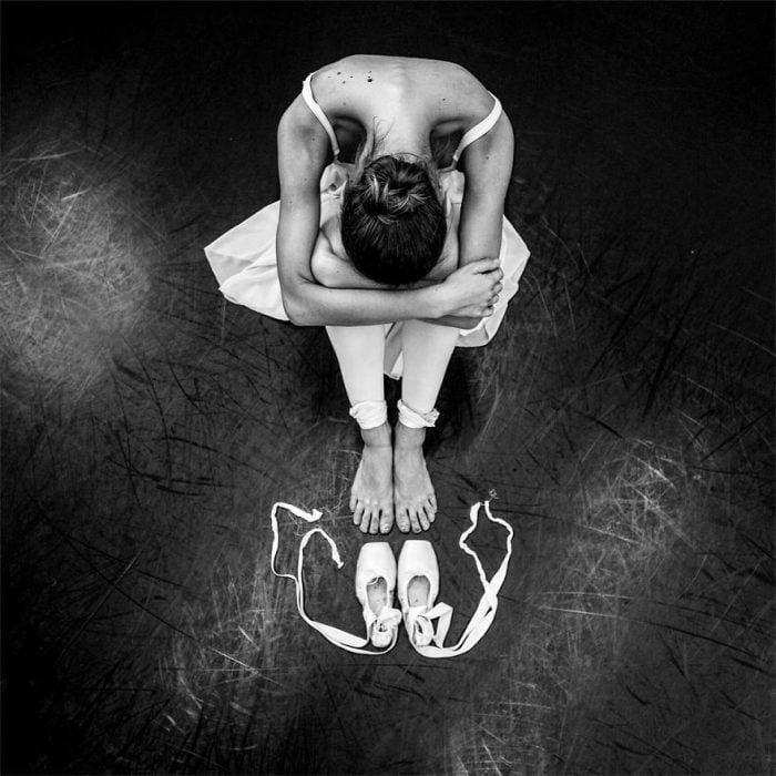 Bailarina de ballet viendo sus zapatillas