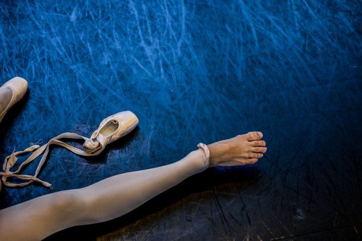 Bailarina de ballet mostrando su pie descubierto
